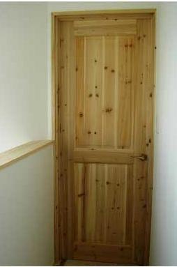 主寝室・子供部屋も天然木のドア